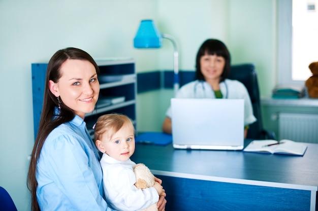Mutter und ihre tochter beim kinderarzt