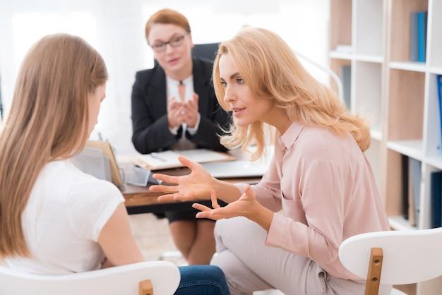 Mutter und junge tochter im psychologenbüro.