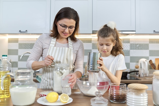 Mutter und kind bereiten bäckerei zusammen in der hauptküche vor