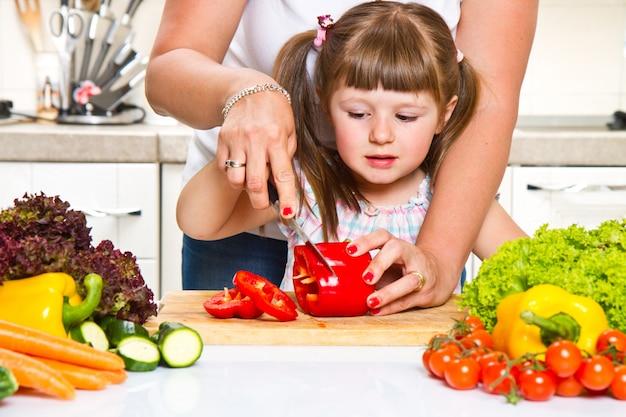 Mutter und kind, die gesundes lebensmittel zubereiten