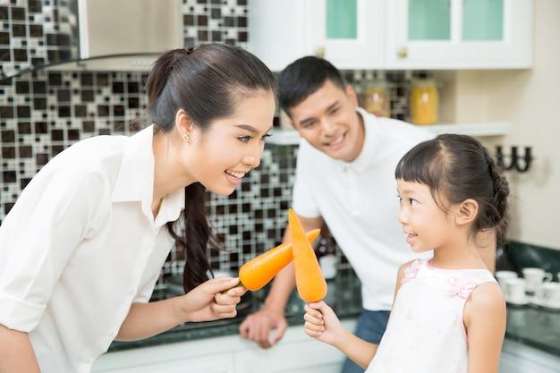 Mutter und kind, die spaß mit dem kochen in der küche haben