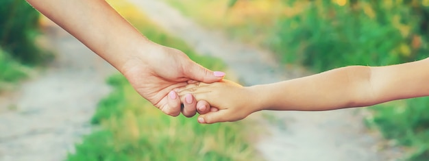 Mutter und kind gehen an der hand. selektiver fokus.