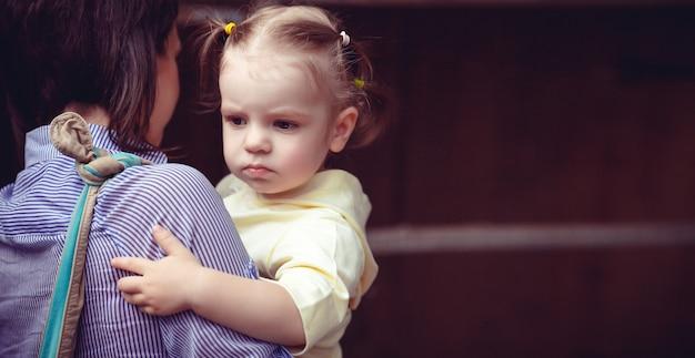 Mutter und kind gehen