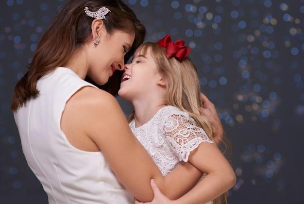 Mutter und kind haben spaß zusammen