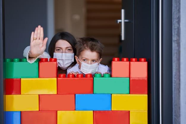 Mutter und kind in häuslicher quarantäne während der coronavirus-pandemie