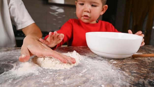 Mutter und kind kochen aus mehl auf theke