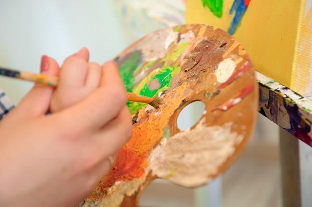 Mutter und kind malen ein bild, kunststunde