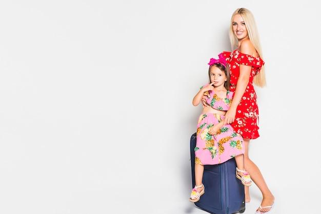 Mutter und kind mit koffer