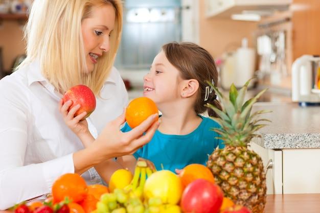 Mutter und kind mit vielen früchten