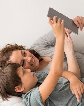 Mutter und kind schauen auf tablette