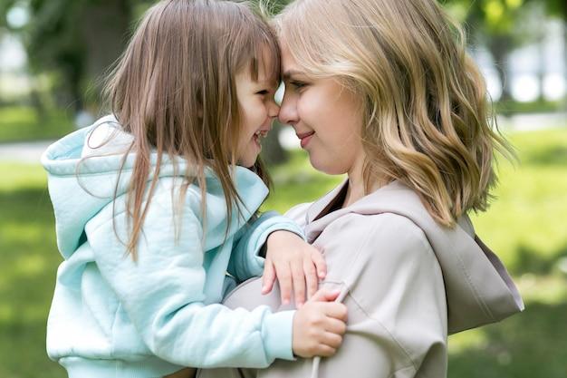 Mutter und kind seitenansicht