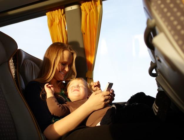 Mutter und kind spielen spiel am telefon.