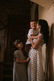 Mutter und kinder zu hause bleiben auf einer treppe