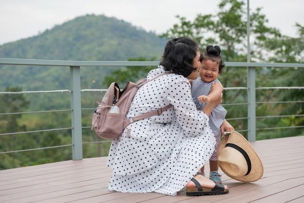 Mutter und kleine tochter, die zusammen in einem park spielen