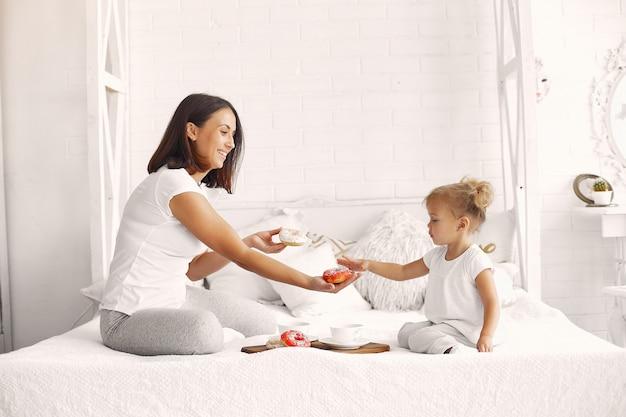 Mutter und kleine tochter frühstücken zu hause