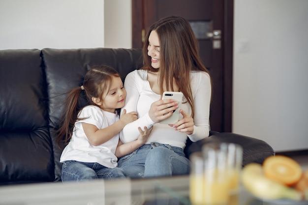 Mutter und kleine tochter haben spaß zu hause