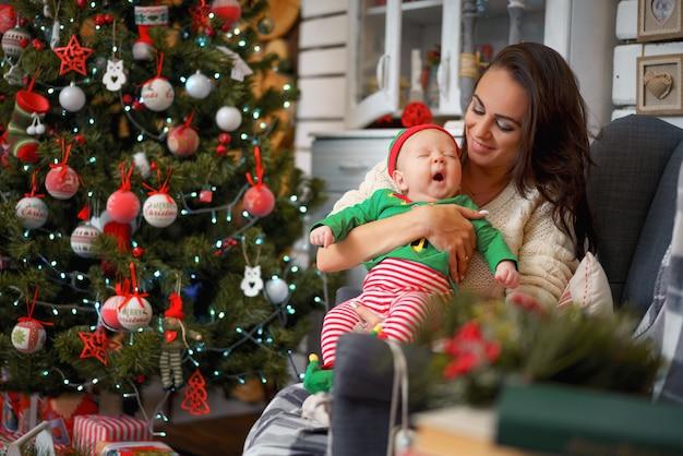 Mutter und kleiner sohn im weihnachtsdekor