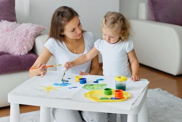 Mutter und kleinkind kind malen zu hause