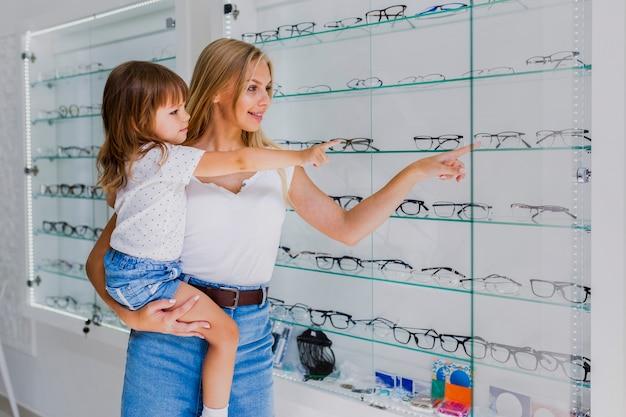 Mutter und mädchen am optikergeschäft
