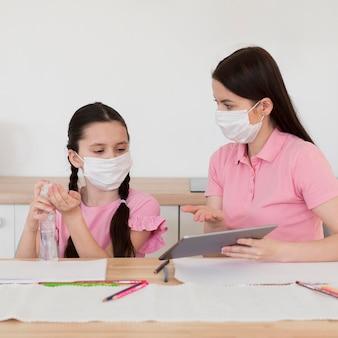 Mutter und mädchen mit medizinischen masken