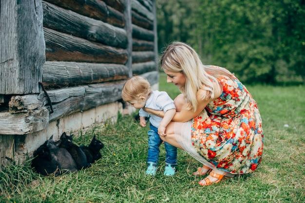 Mutter und sohn betrachten die kätzchen