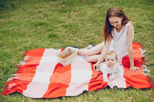 Mutter und sohn entspannen sich im park.