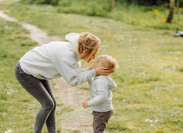 Mutter und sohn haben im urlaub gemeinsame aktivitäten