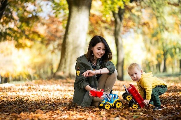 Mutter und sohn im herbst park
