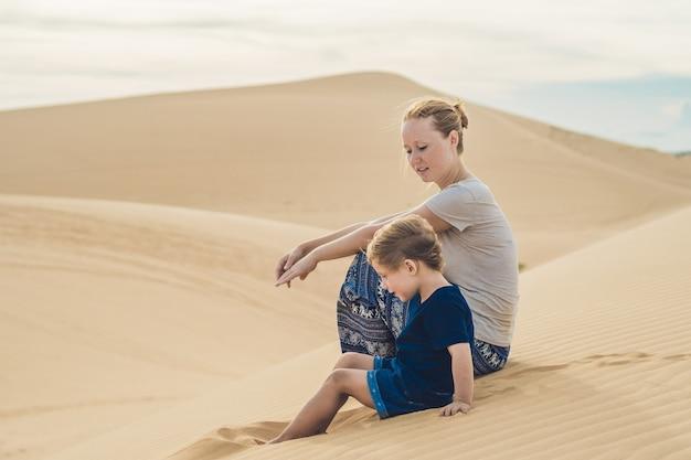 Mutter und sohn in der wüste