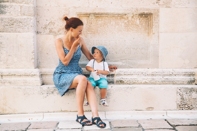Mutter und sohn in zadar, kroatien. sommerferien an der küste europas. touristen, die auf den alten historischen straßen von zadar spazieren. lebensstil, familie, urlaub und reisekonzept.
