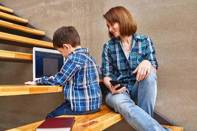 Mutter und sohn machen hausaufgaben am computer