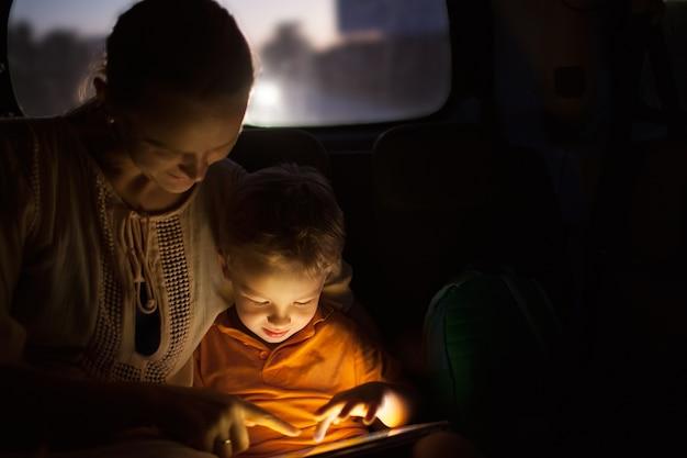 Mutter und sohn mit auflage während der autoreise nachts