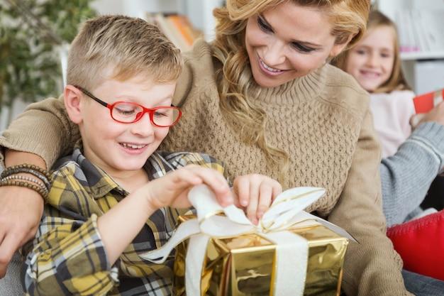 Mutter und sohn mit einem goldenen geschenk