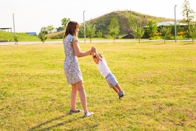 Mutter und sohn spielen auf dem feld
