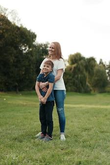 Mutter und sohn spielen im park