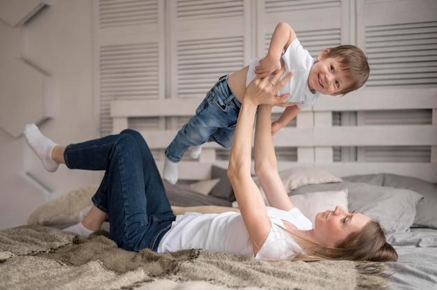Mutter und sohn spielen