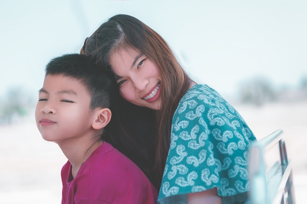 Mutter und sohn umarmen sich für liebe und zuneigung und familienzusammengehörigkeitskonzept