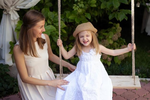Mutter und süßes kleines mädchen im schönen garten
