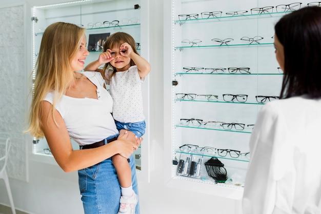 Mutter und tochter am optikergeschäft