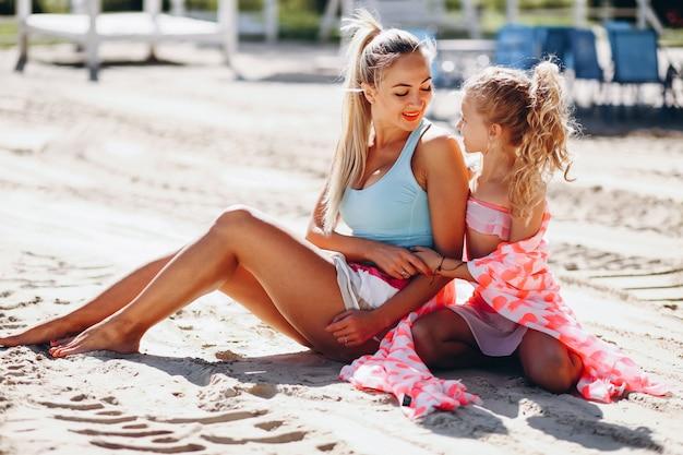 Mutter und tochter am strand