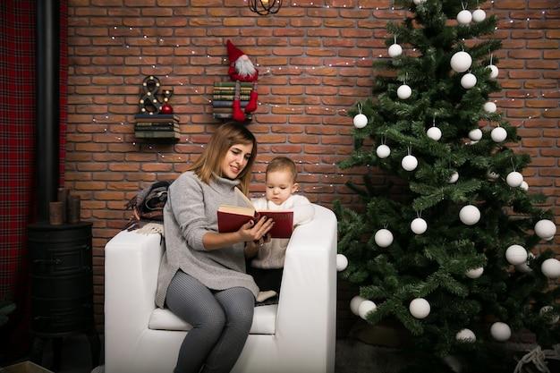Mutter und tochter am weihnachtsbaum