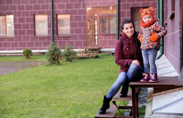 Mutter und tochter auf der veranda im herbstwetter