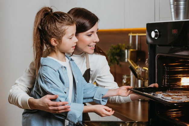 Mutter und tochter backen zu hause gemeinsam kekse