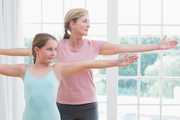 Mutter und tochter beim yoga