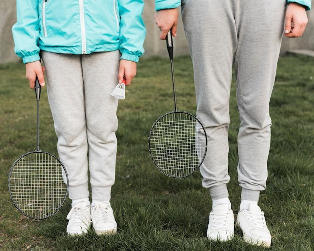 Mutter und tochter bereit, tennis zu spielen
