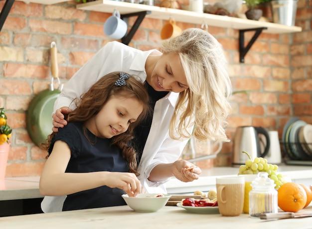 Mutter und tochter bereiten das frühstück vor