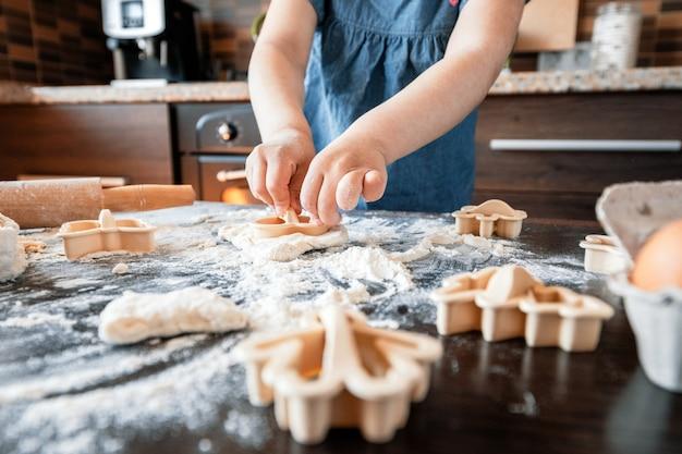 Mutter und tochter bereiten sich in der küche vor. das konzept einer gesunden ernährung und lebensweise. familienwert.