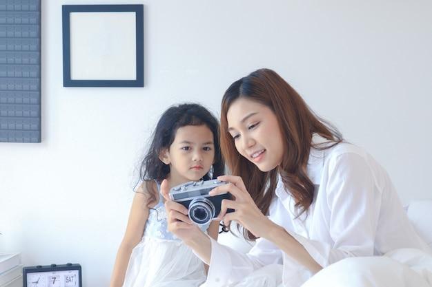 Mutter und tochter betrachten schöne fotos von der kamera