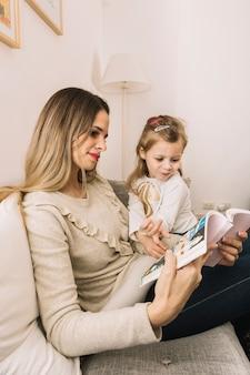 Mutter und tochter, die comic-buch lesen