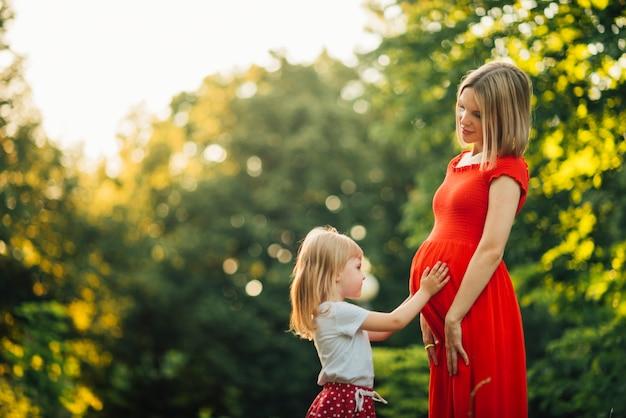 Mutter und tochter, die einander betrachten